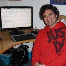 Retrato de Jordi Lagares junto a un ordenador